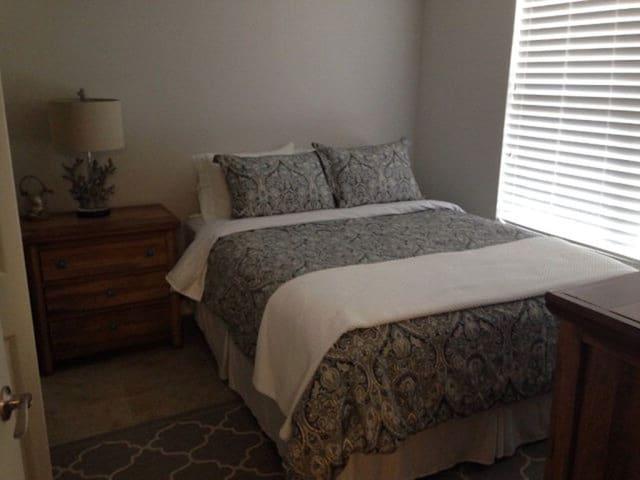 Guest Bedroom w/ Queen bed