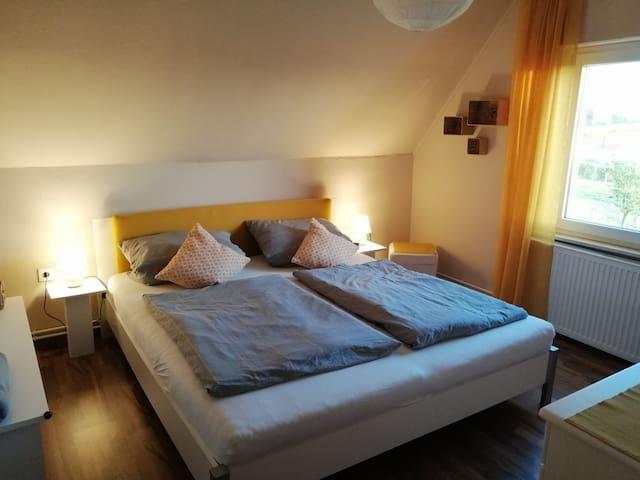 Schlafzimmer (Bett 180x200)
