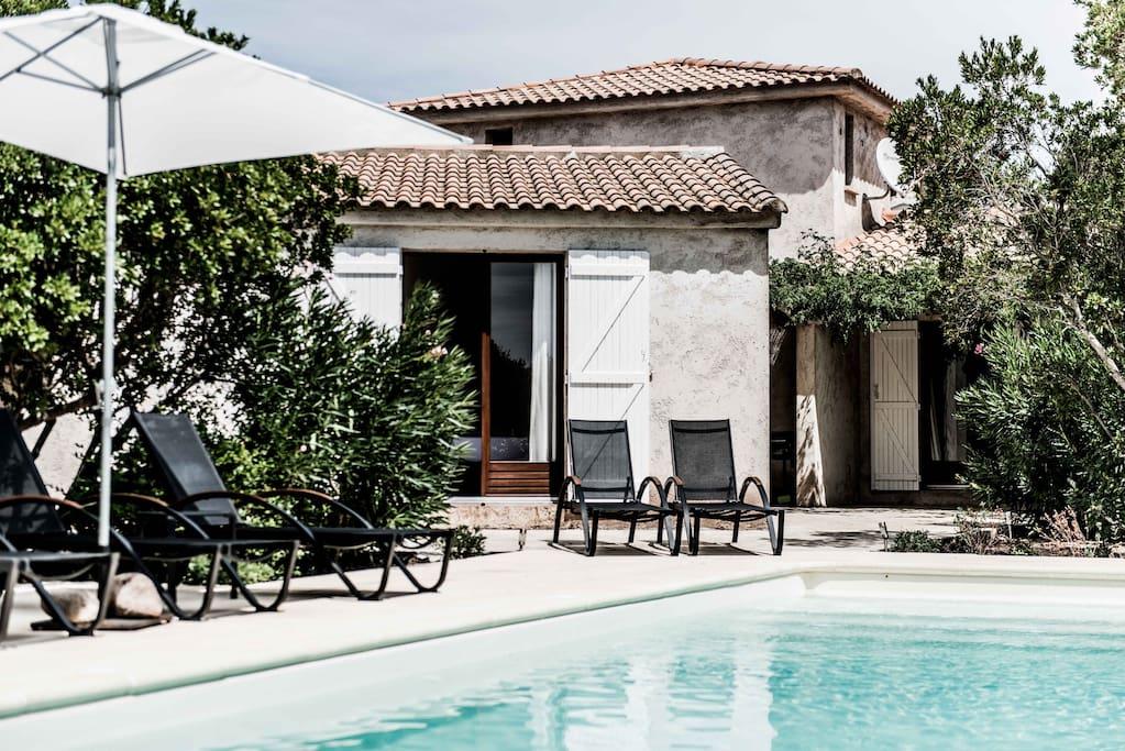 Vue sur Villa Basse depuis la piscine