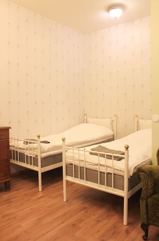 Makuualkovi aukeaa olohuoneeseen. Lakanat sekä pyyhkeet kuuluvat asunnon varustukseen.  The bed alcove is connected to the living room. The bedlinen and towels are included.