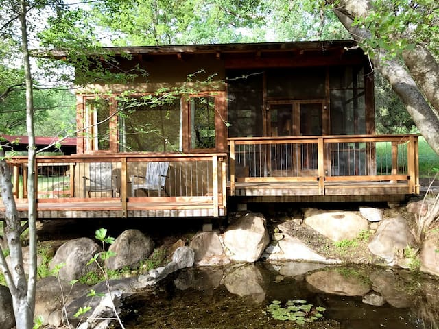 Beautiful Private Cottage 3 miles to Sequoia Park