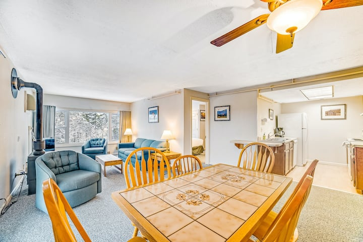 Lovely ski condo with mtn. view, fireplace, and shared pool & hot tub access!