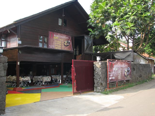 Villa & Resto Rumah Kayu
