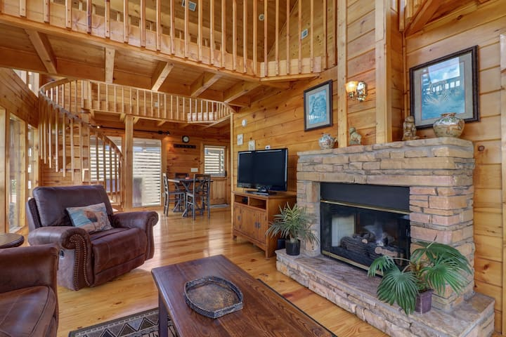 Hilltop home w/mountain view, hot tub, ping-pong & multi-level deck