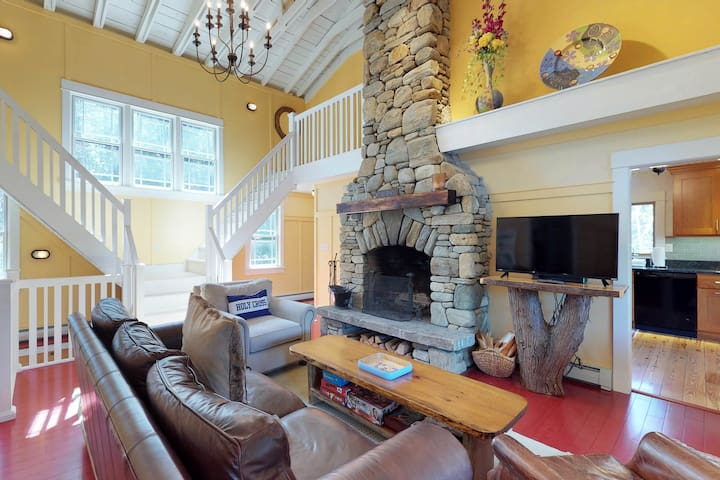 Charming waterfront getaway w/ yard, firepit, dock, kayaks - close to skiing!
