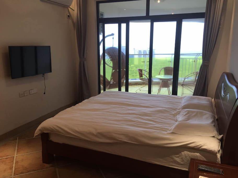 舒适的床和床品。