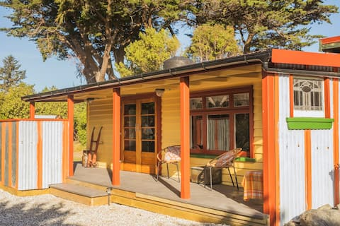 The Pohutukawa Cottage...Tranquil and Unusual