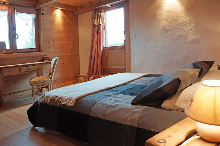 Chambre n°1 avec un grand lit en 160