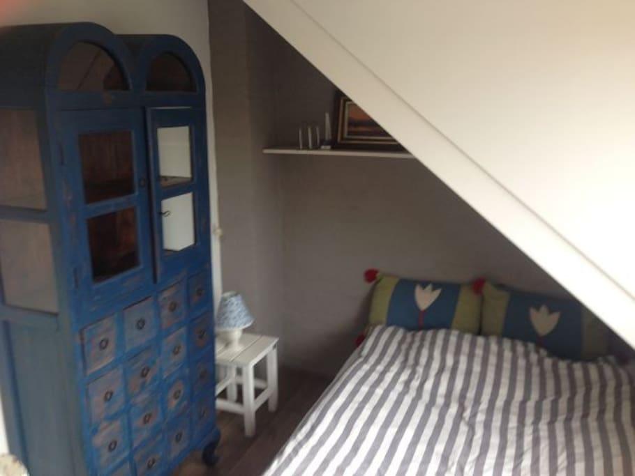 De slaapkamer van de voorkant van de zolder