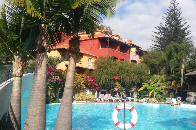 La résidence vue de la piscine découverte: on s'y baigne toute l'année et il y a également une piscine couverte!