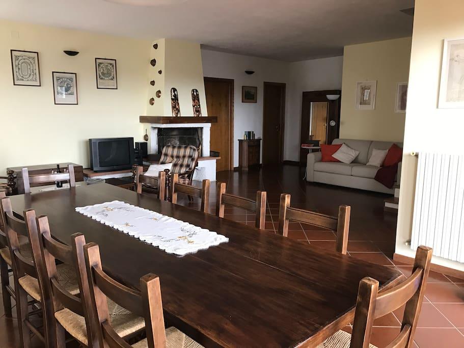 Ampio salone con camino, tv Salon with fireplace and Tv