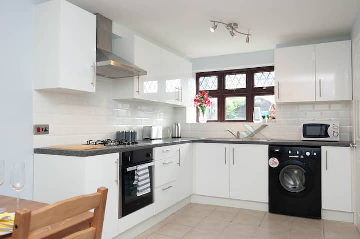 NEW 3BD House with garden, DeepClean, Exclusive Entry, discount for long term guest, Excel by Excel Apartments
