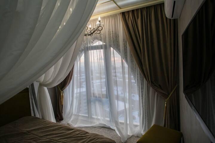 Спальня в традициях востока.  Удобные вещи дополнят комфорт: шторы, кондиционер, ТВ, ковры, свет люстры, либо светящийся потолок.