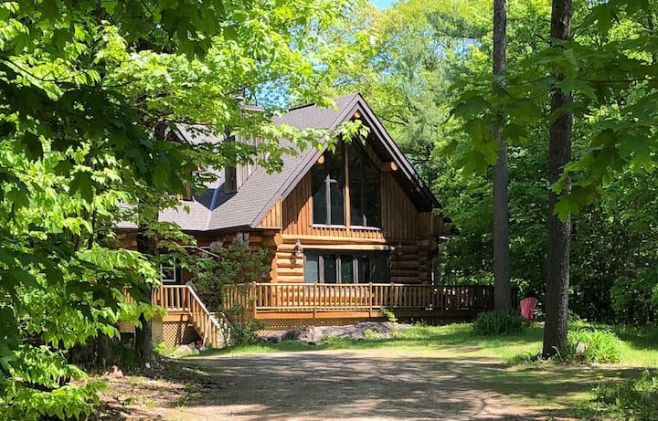 Large Log Chalet 20 minutes from everything!