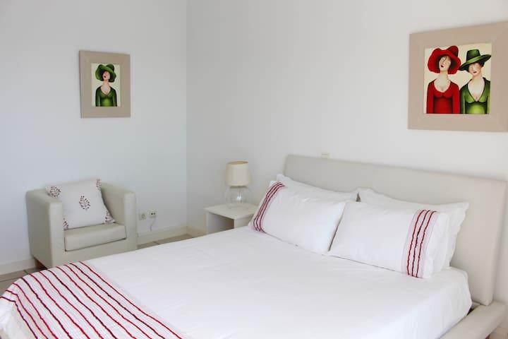 Room n.º2:  Double bedroom with en-suite bathroom, TV and sea view