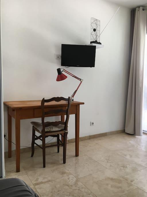 Un bureau pour travailler et la télé pour se relaxer.