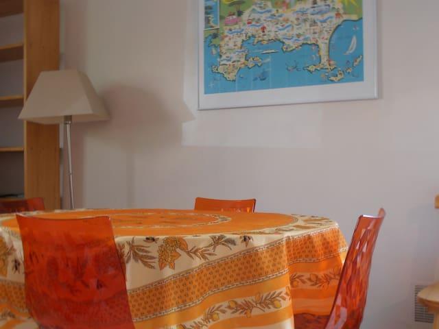 Un séjour convivial avec son espace repas