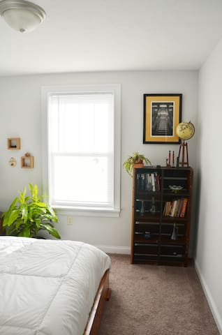 Private Upstairs minutes from Downtown