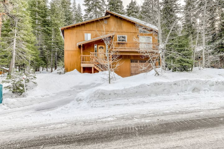 Sunny mountain home w/ hardwood floors, private grill, wood stove, near N. Tahoe