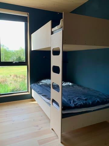 Soverom 3 120 seng både oppe og nede. Fint plass til en ekstra madrass på gulvet om ønskelig