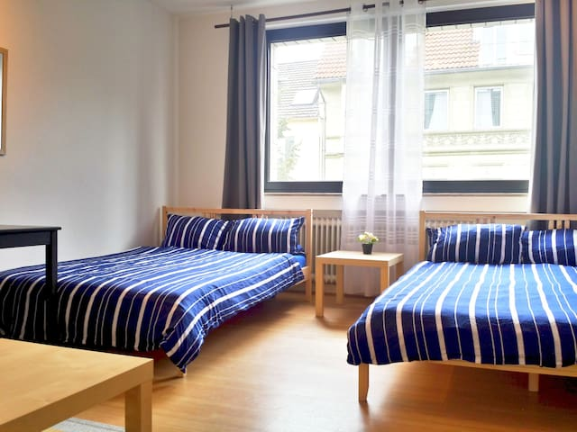 Super Spacious Room and Sofa Corner for 1-4 Guests - Köln