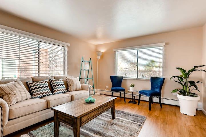★★★★★ Sun Filled flat w/ large living room.