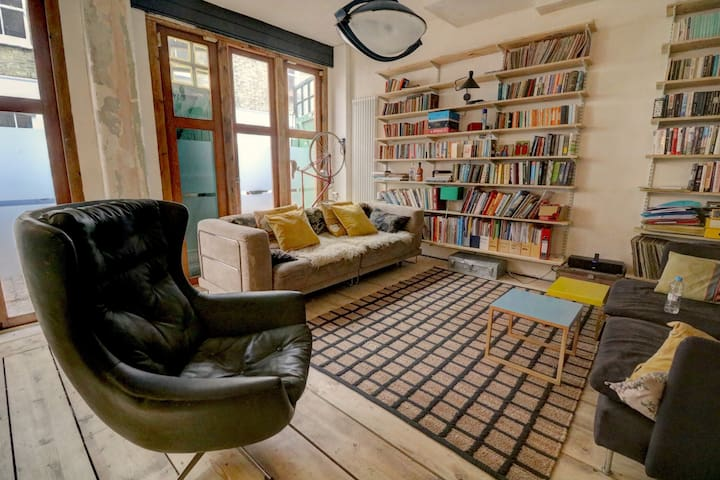 stylish warehouse pad in lovely mews near the sea