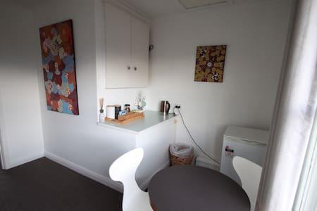 BILLYS END - Quiet 2 Bedroom Apartment, 10mins CBD - Geilston Bay