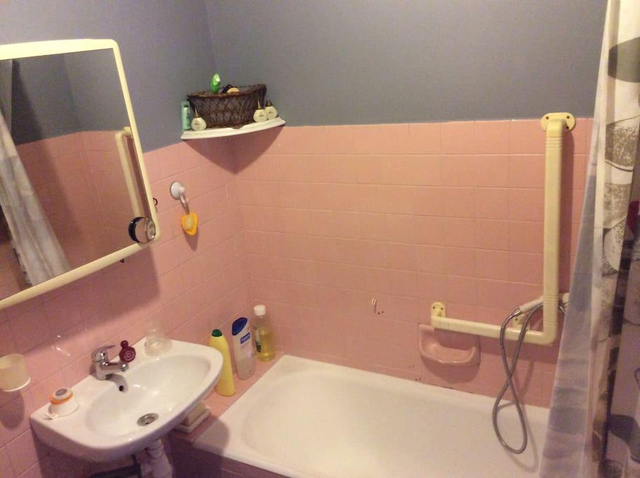 Belle chambre au calme et salle de bain attenante for Salle de bain translation