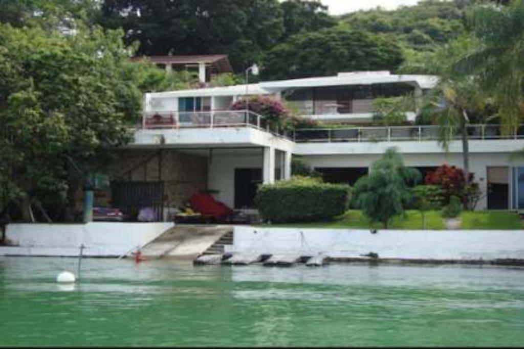 Vista de la casa desde el lago