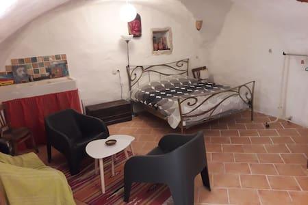 Jolie chambre indépendante au centre du village