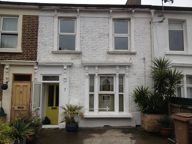 Cosy double room in friendly mixed house share.