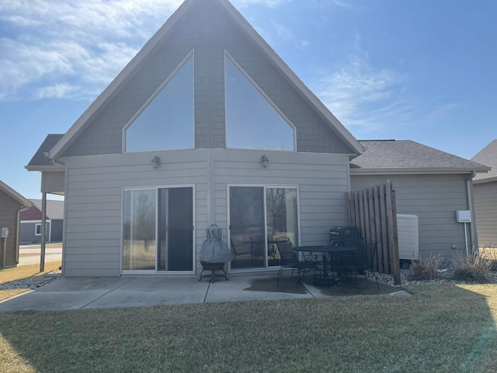 Okoboji getaway 2 bedroom with loft.sleeps 8