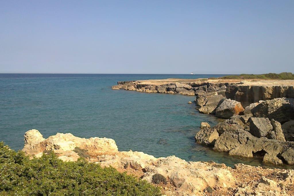 mare raggiungibile a piedi (piccole spiagge sotto alla scogliera)