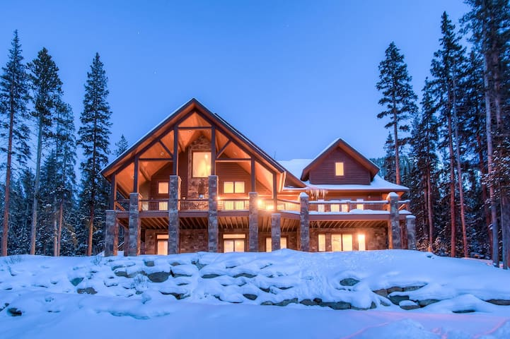 Peaceful and Private Blue River Beauty - Hot Tub, Outdoor Fire Pit and more! - Breck Haven