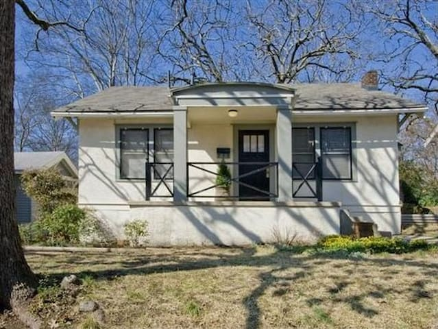 Convenient and Cozy 1920s Home - Little Rock - House
