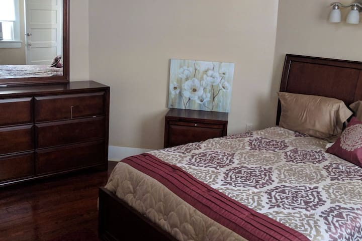 Classic, Comfy, Carrollton Neighborhood Apartment