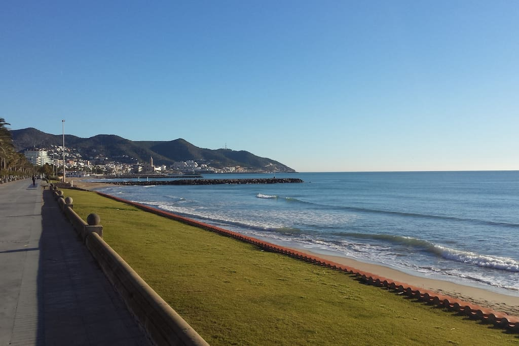 Apartment is at 30 meters of Paseo Maritimo - great for walking and running