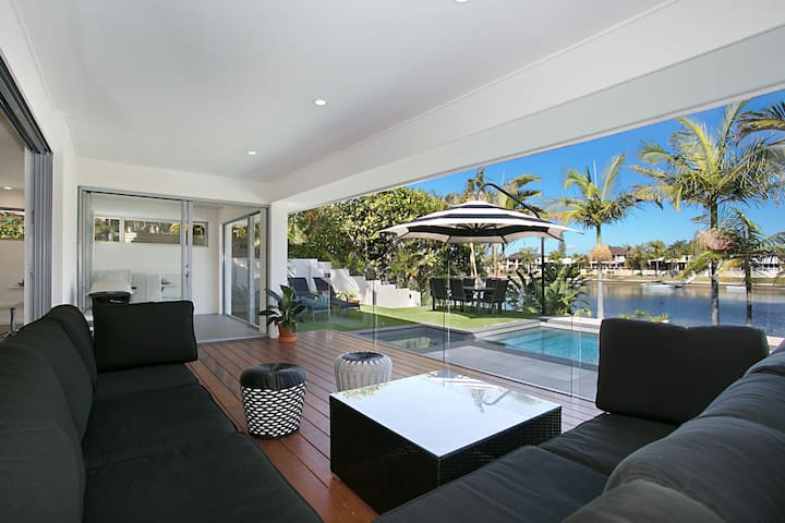Just In Paradise Waterfront 5BR House With Pool - Broadbeach Waters - Maison