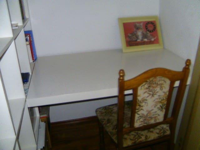 Work desk_room 1
