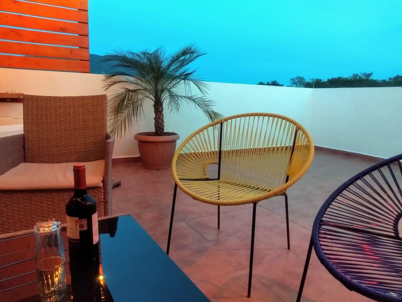 Relájate y tomate una copa de vino en el rooftop con una vista increíble.