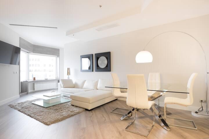 Moderno y espacioso salón.