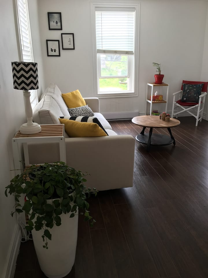 """""""THE BRINLEY"""" COZY 2BR UPTOWN Apartment A"""