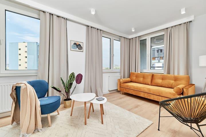 SALON: Rozkładana sofa, TV, krzesło, stolik kawowy