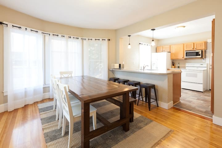LUCKY! You score a straight flush when you book this home. Walk to Downtown!