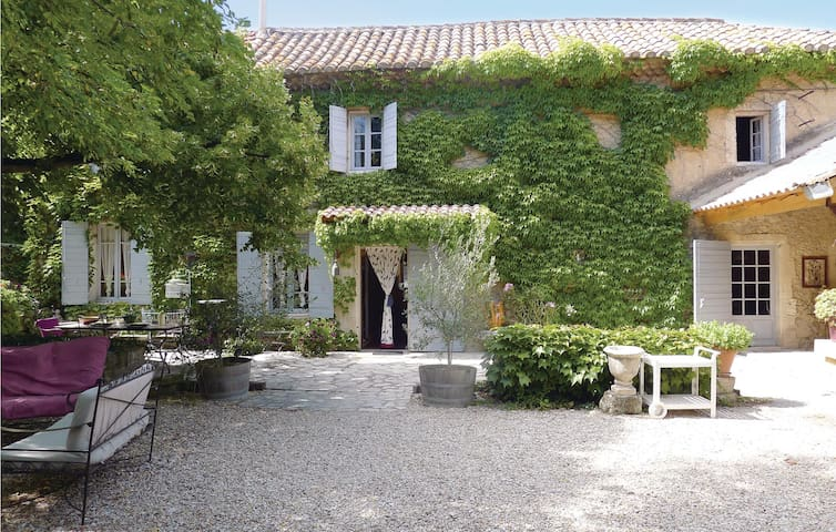 Holiday cottage with 3 bedrooms on 100 m² in Mas Blanc des Alpilles