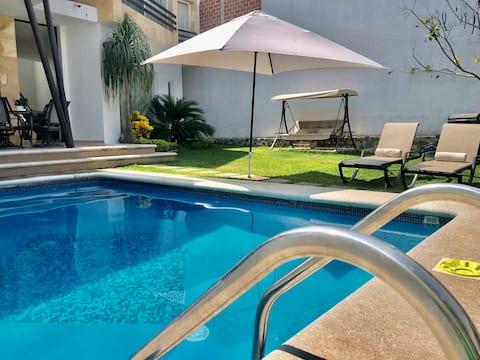 美丽的极简主义民宅恒温泳池