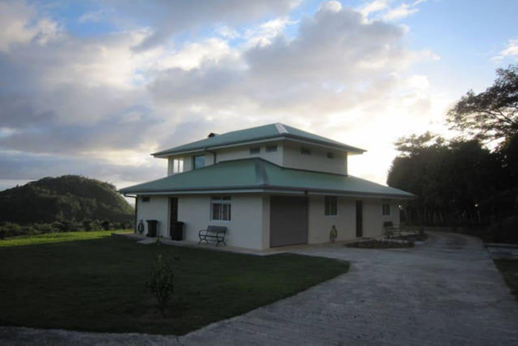 Vue de l'entrée de la maison. View from the entrance of the house.