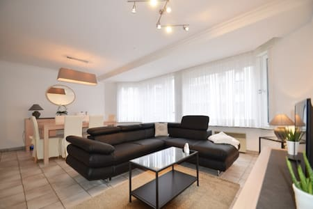 RUIM APPARTEMENT MET GARAGE IN CENTRUM - Knokke-Heist - アパート