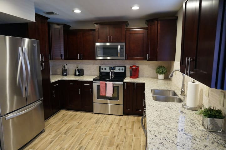 Fully renovated North Phoenix condo has it all!!!